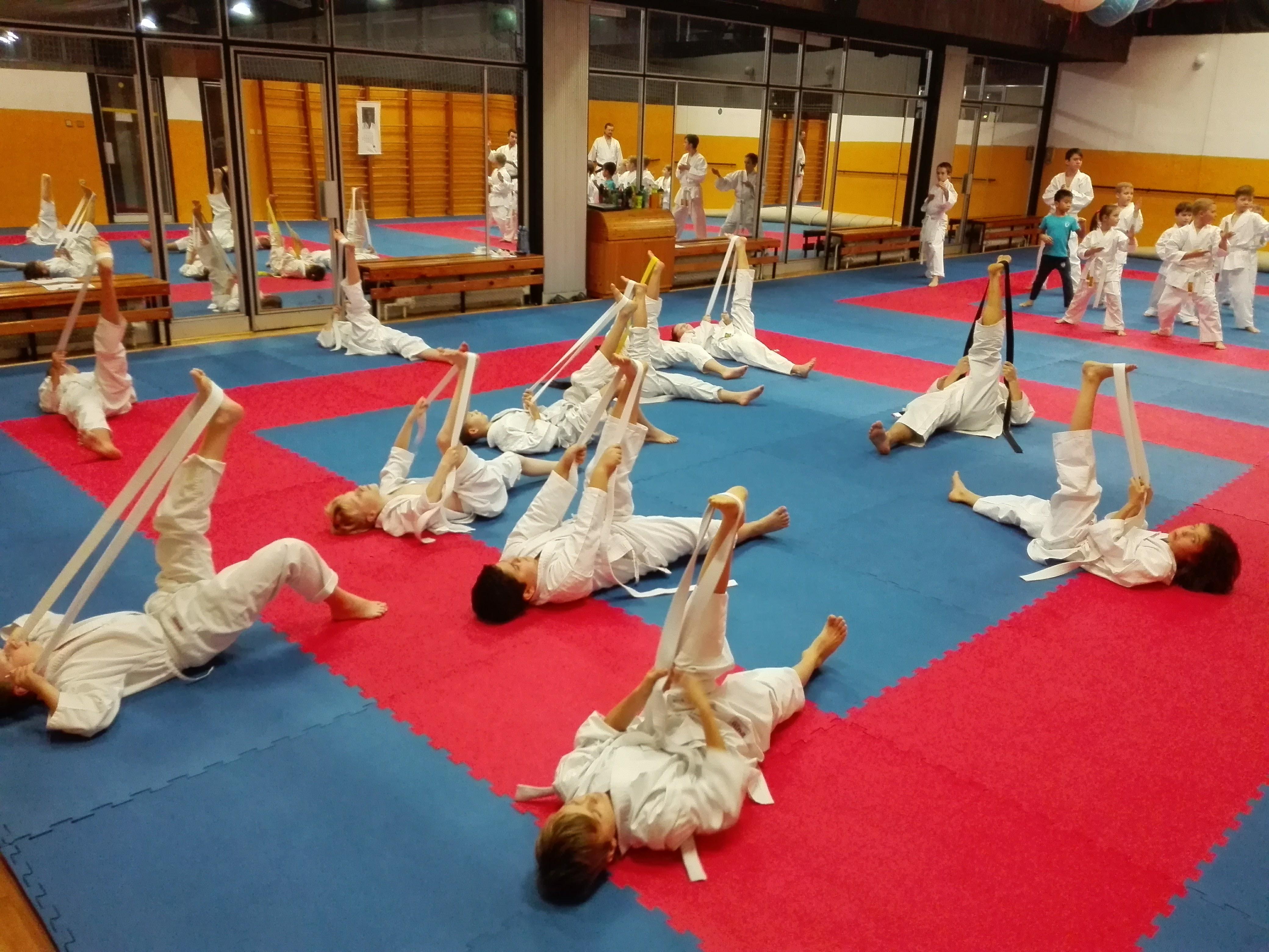 Trénink karate začátečníků v Brně na Lesné - strečink